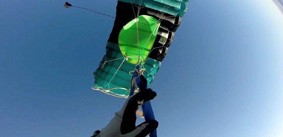 Un hombre estuvo a punto de morir al enredarse su paracaídas en caída libre