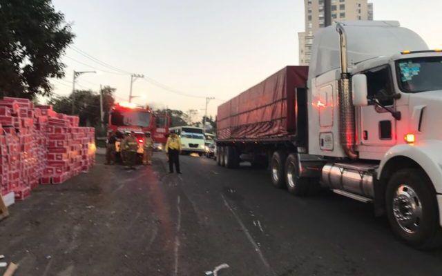 Vuelca tráiler en carretera México-Toluca - Foto de Twitter