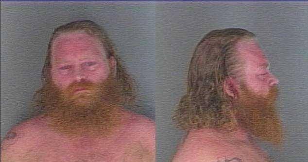 #Video Policía golpea a hombre inocente fuera de su casa