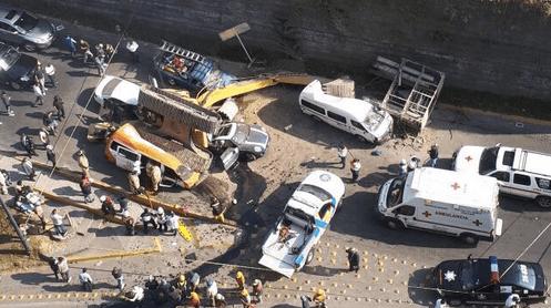Caída de retroexcavadora en Interlomas deja dos muertos - Foto de @interlomasocial