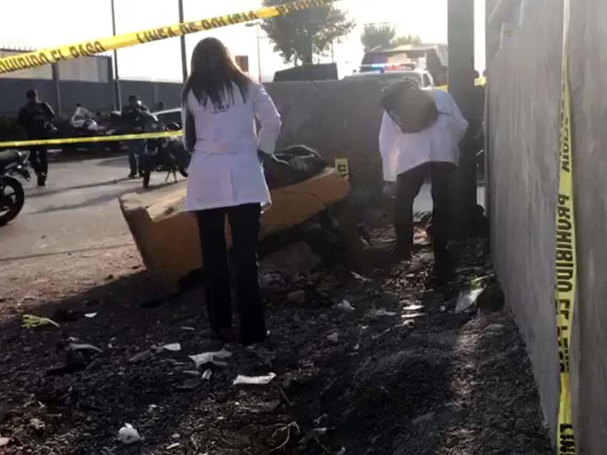 Camión choca contra muro de contención y mata a indigente - Foto de Rodolfo Dorantes