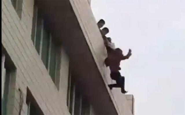 #Video Hombre evita suicidio en China - Captura de pantalla