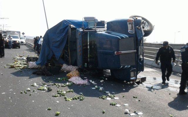 Vuelca camión en Eje 3 Oriente tras persecución - Foto de @MrElDiablo8