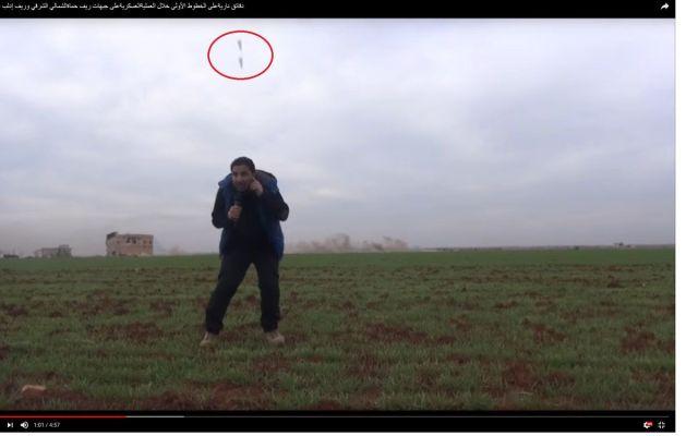 #Video Cae bomba a metros de periodista sirio durante transmisión