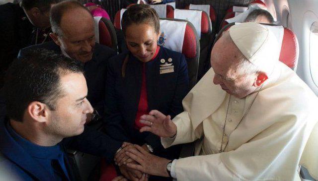 El papa Francisco casa a sobrecargos durante vuelo