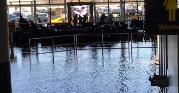 Tubería averiada provoca inundación en el Aeropuerto JFK - Foto de Internet
