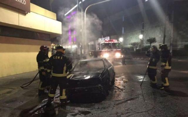 Petardo provoca incendio de vehículo en la Doctores - Foto de Excélsior