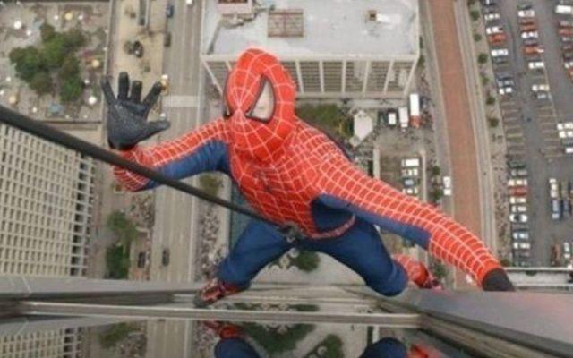 Cae de quinto piso por tomarse selfies vestido de Spider-Man