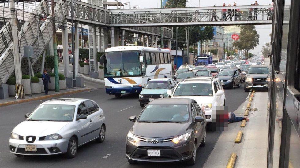 #VIDEO Ciclista invade carril de Metrobús y lo atropellan - Foto de @MANOLOHDZ