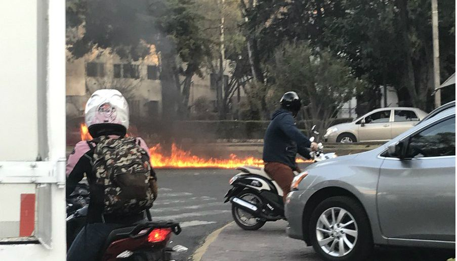Embajada de EE.UU. confirma que uno de sus vehículos golpeó a motociclistas - Foto de @jimena_dag