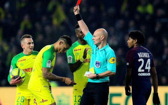 #VIDEO Sancionan a silbante que intentó patear a jugador en Francia - Tony Chaprón. Foto: AP