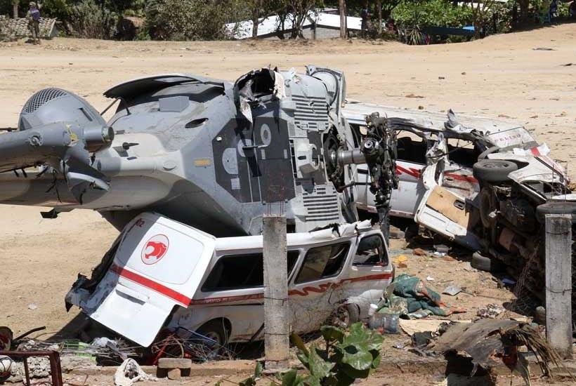 Retiran camionetas aplastadas por helicóptero en Jamiltepec - Foto de Imparcial de la Costa