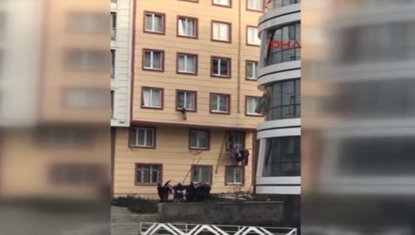 #VIDEO Atrapan con una sábana a niño que cayó de tercer piso - Foto: Youtube.