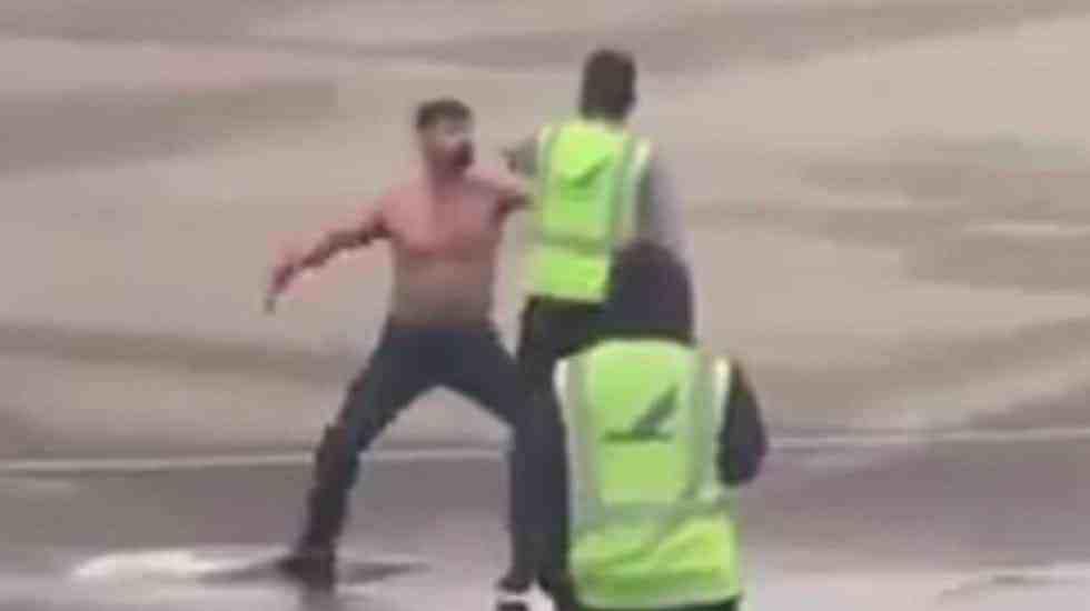 #Video Pasajero semidesnudo ataca a personal de pista en aeropuerto - Foto de Twitter
