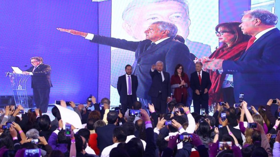 AMLO toma posesión como candidato del PES a la Presidencia