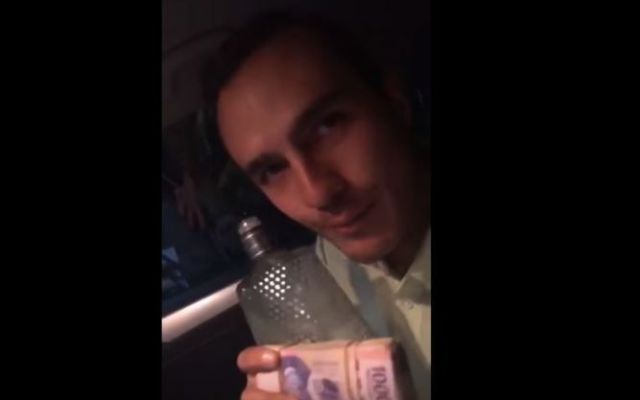 #Video Precandidato de PVEM presume fajo de billetes