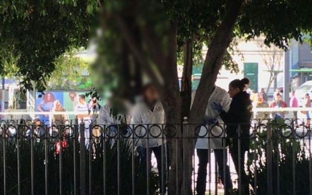 Hombre se cuelga en Paseo de la Reforma - Foto de Excélsior/Rodolfo Dorantes