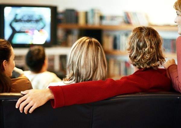 El celular gana terreno a la televisión, pero no la liquida - Foto de 20 Minutos