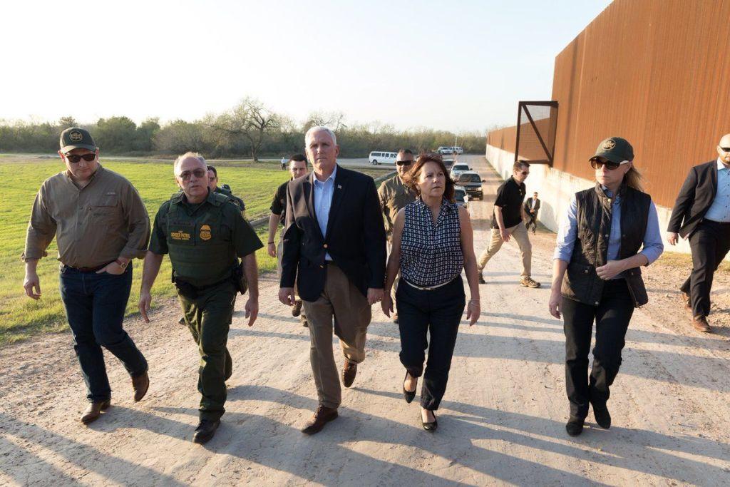 Mike Pence recorre la frontera entre EE.UU. y México - Foto de @VP