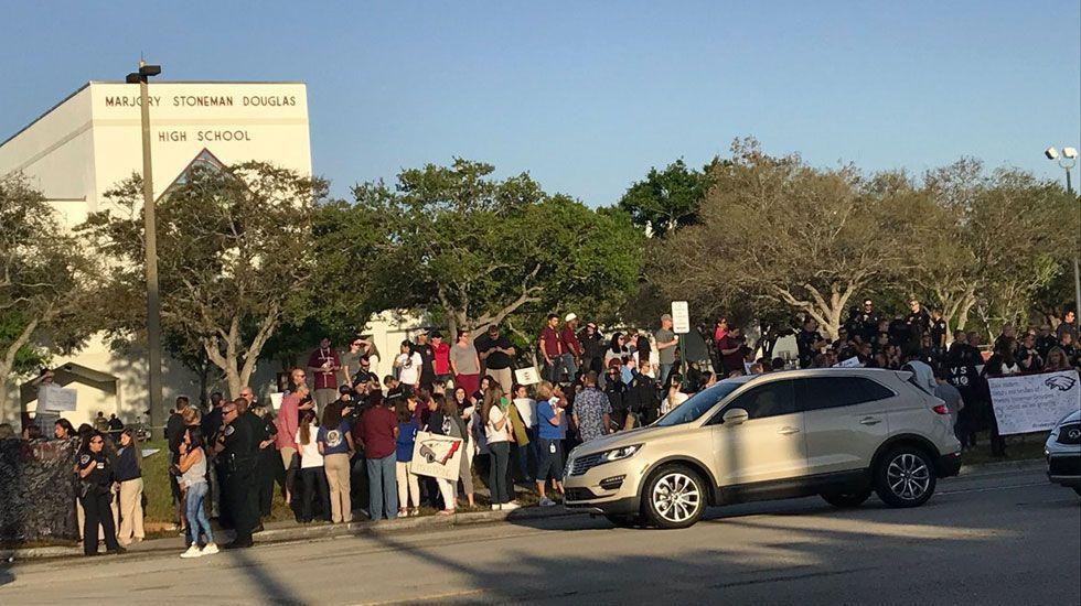Aprueban ley en Florida para que maestros porten armas en escuelas - parkland