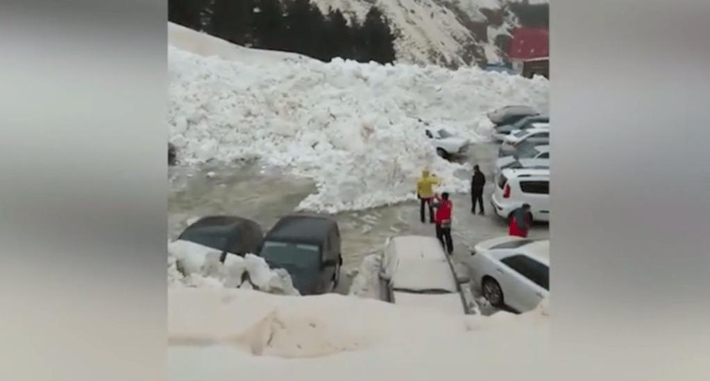#Video Avalancha sepulta autos a los pies del Monte Elbrus - Captura de pantalla