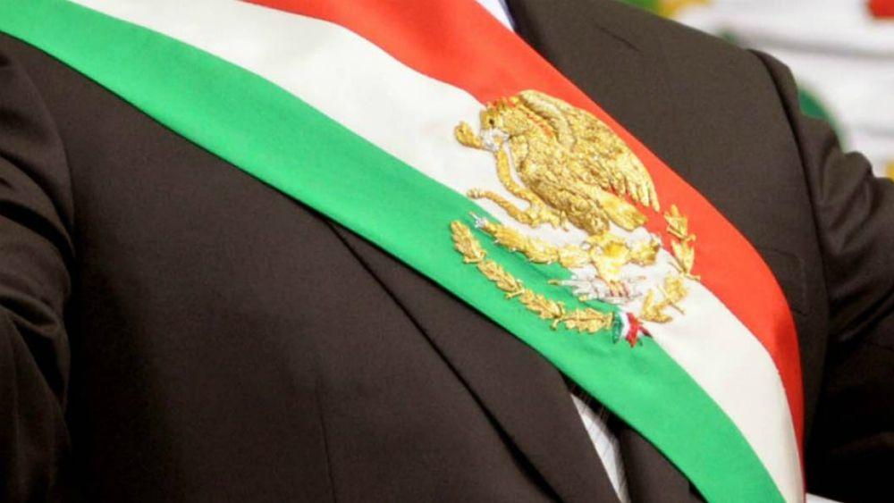 Mayoría de Congresos locales aprueba la supresión del fuero presidencial - Banda presidencial de México. Foto de Archivo