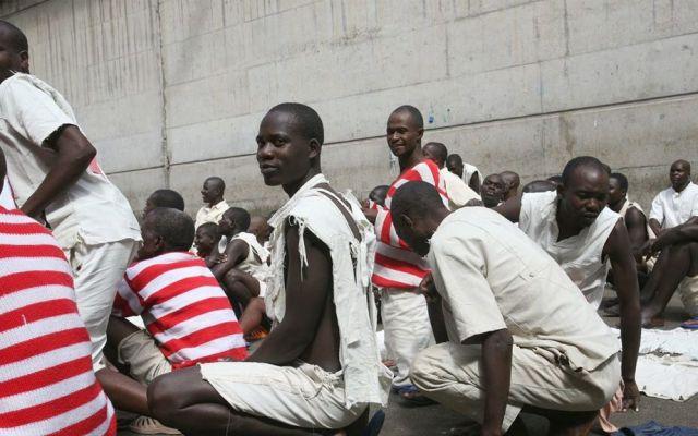 Por sobrepoblación en cárceles de Zimbabwe, dan libertad a tres mil reos - Foto de Zimbabwe Independent