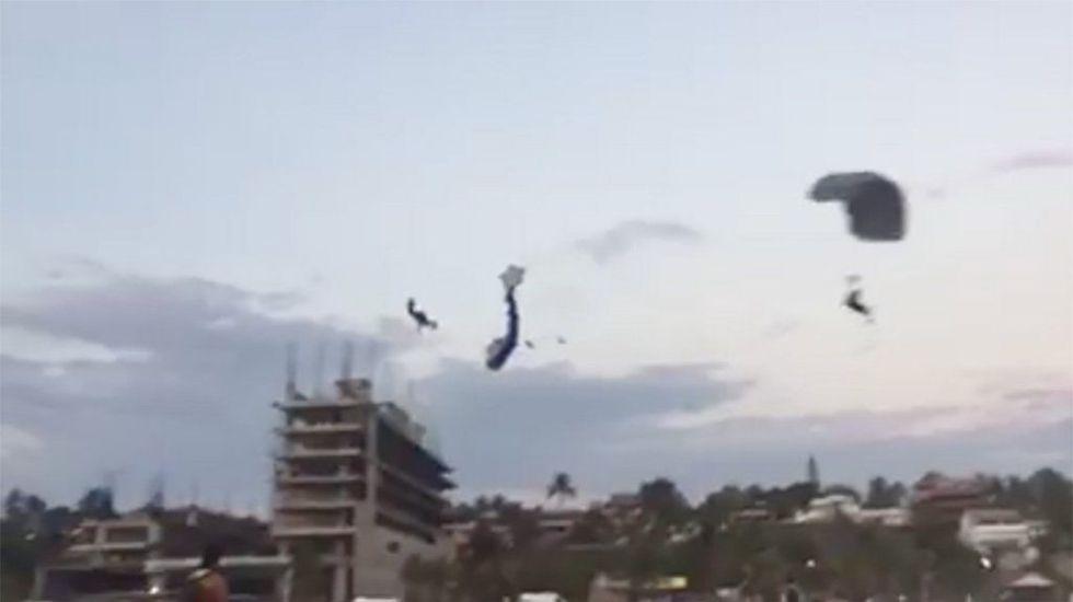 #Video Muere paracaidista al chocar con otro en playa de Oaxaca - Foto de Quadratín.