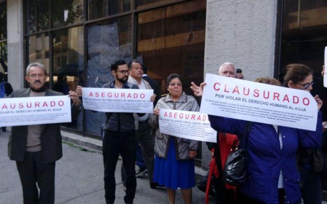Clausuran simbólicamente oficinas de Sacmex por falta de agua - Foto de @corcalcla
