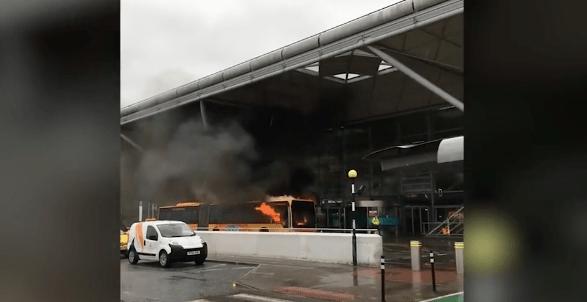 Desalojan aeropuerto en Reino Unido por incendio de autobús