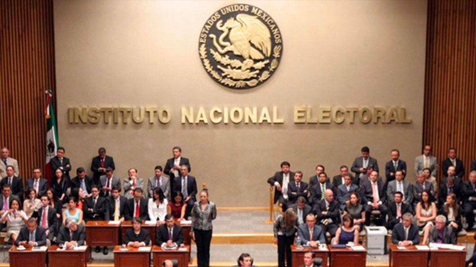 INE multa a PRI, PAN y Morena por irregularidades en precampañas - Foto de Codigoqro