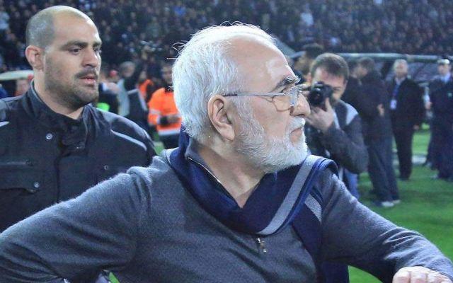 Con pistola en la cintura, presidente del PAOK amenaza a árbitro - Foto de @Admiral1975