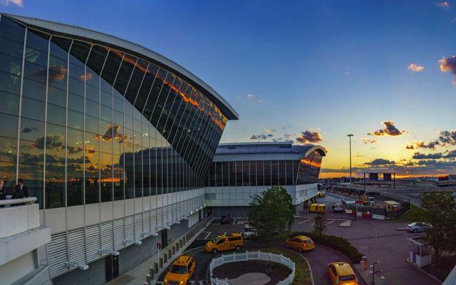Hombre violento que sería deportado escapa de ICE en aeropuerto de NY - Foto de Queens Courier