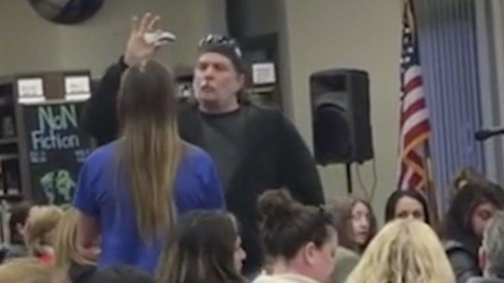 #Video Padre amenaza a alumno con un cuchillo