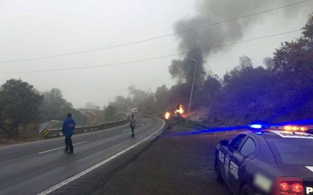 Se incendia pipa tras volcarse en la Autopista Puebla-Córdoba - Foto de Policía Federal