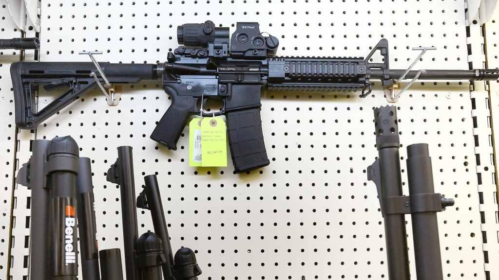 Joven demanda a Walmart y Dick's por no venderle un rifle - Foto de Time Magazine