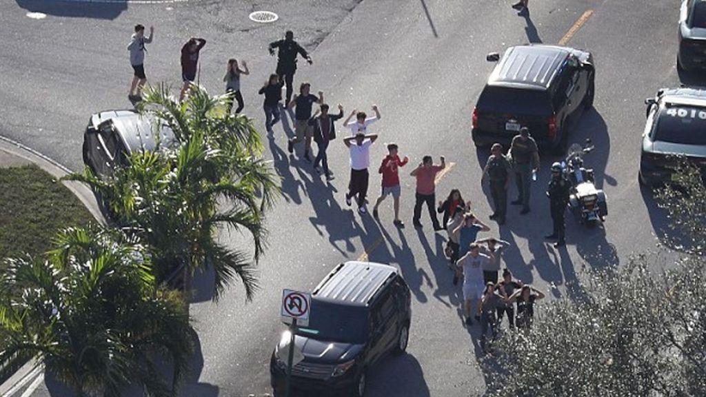 Nikolas Cruz intentó romper una ventana para disparar a estudiantes - Foto de Internet