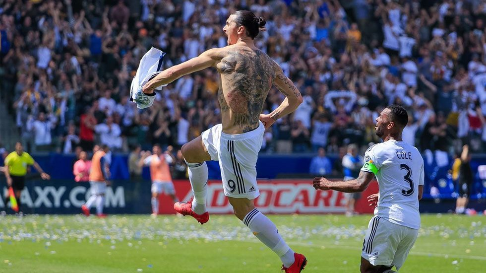 Los hermanos Dos Santos celebran gol de Zlatan