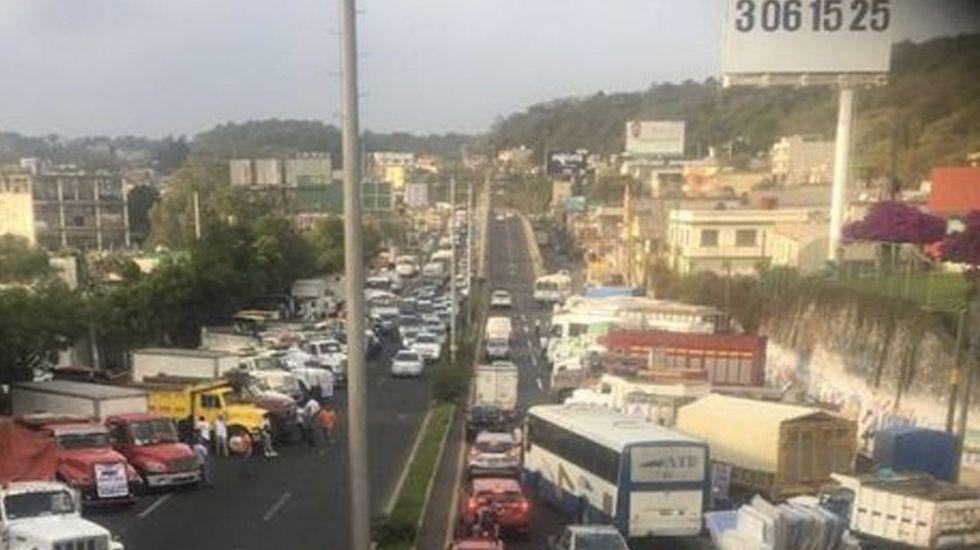 Transportistas bloquean carreteras en protesta por el incremento a las gasolinas - Foto de Milenio