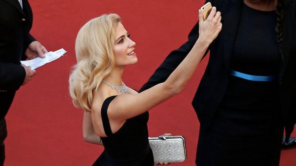 Prohiben selfies en alfombra roja de Cannes - Foto de AP