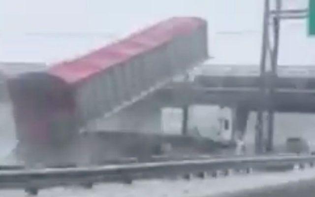 #Video Tráiler estrella remolque contra puente peatonal