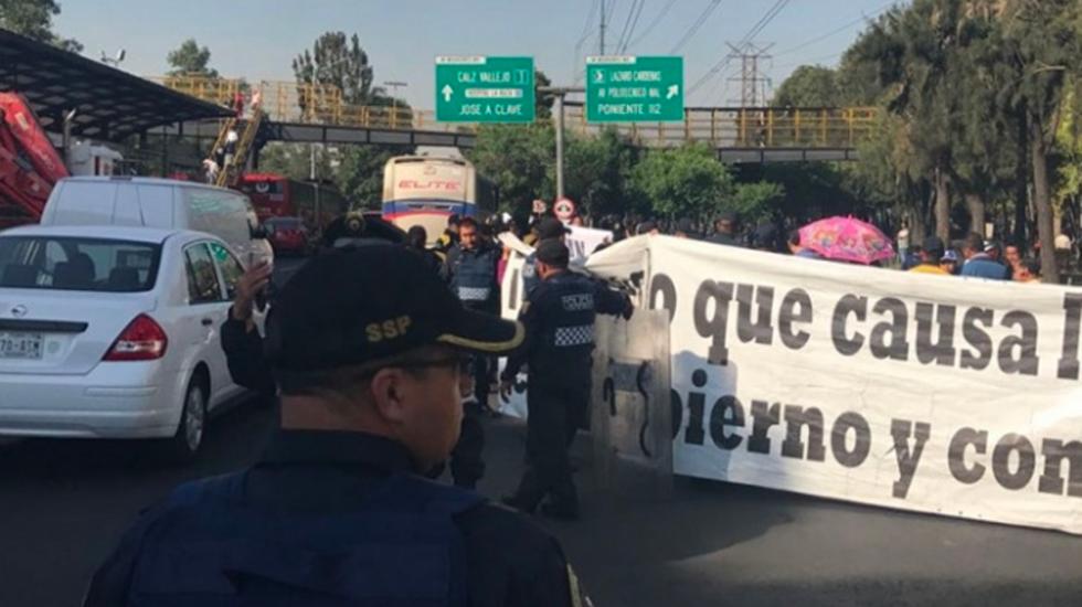 Damnificados por el sismo bloquean la Avenida Insurgentes norte