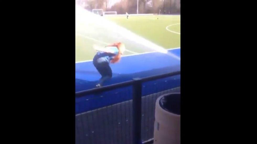 #Video Fan cae dos veces en su intento por conocer a CR7 - Foto: @rafaleonortega.