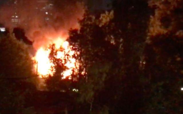 Incendio consume edificio de la Universidad de Londres en Roma Norte - Captura de Pantalla