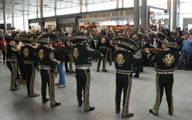 Mariachi de la Sedena sorprende con serenata en aeropuerto de Bogotá - Foto: @SEDENAmx.