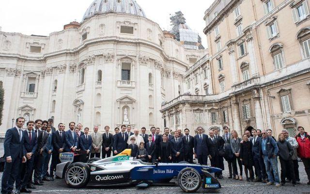 El papa Francisco bendice automóvil de la Fórmula E - Foto de AP