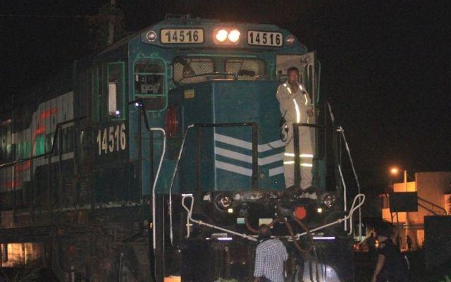 Sujetos saquean bultos de cemento de tren varado en Puebla - Foto de @Entidad_27
