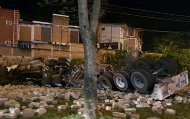 Volcadura de tráiler deja una mujer muerta en carretera de Xalapa - Foto de Quadratín