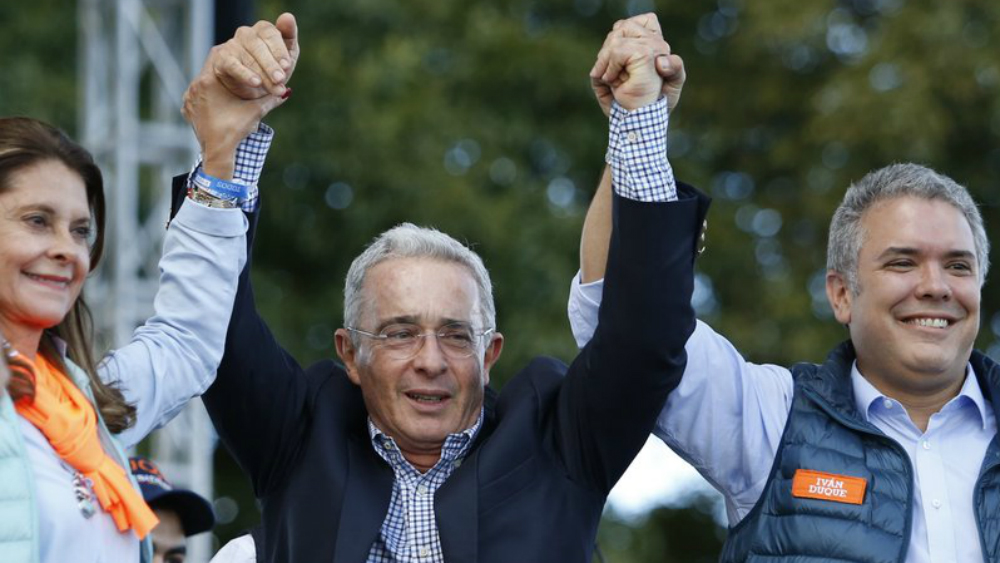 Cables de EE.UU. vinculan a expresidente colombiano Uribe con el narcotráfico - Foto de AP