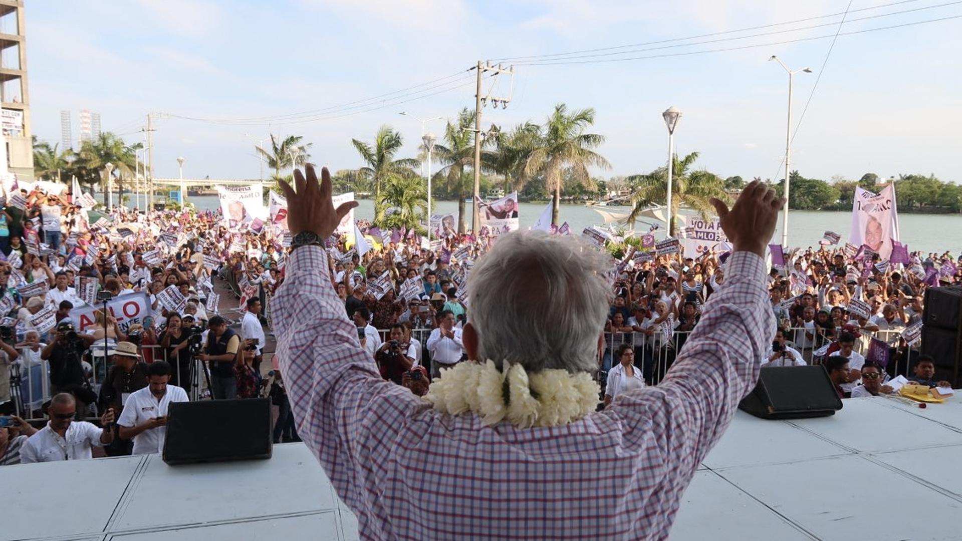Retuitea López Obrador encuesta falsa sobre posible triunfo